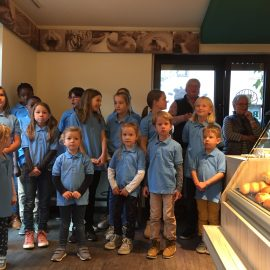 Kontrapünktchen singt in Bäckerei Roth zum 125. Geburtstag